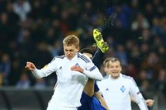Vitaliy Buyalskiy combatte nell'aria con lo stivale vicino al suo fronte, un giro delle protezioni della lega di europa dell'UEFA Fotografia Stock