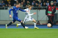 Vitaliy Buyalskiy kör med bollen från James McCarthy, runda för UEFA-Europaliga av den andra matchen för ben 16 mellan dynamo och arkivfoton