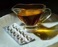 Vitamin E - Öl und Kapsel stockfotos
