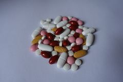 Vitamin K, multivitamins, xylitol, lutein, kalciumpreventivpillerar i en hög royaltyfria foton