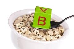 Vitamin-reiche Alphabetsuppe, die Vitamin b kennzeichnet Stockbilder