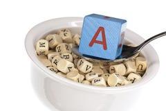 Vitamin-reiche Alphabetsuppe, die Vitamin A kennzeichnet Stockfoto