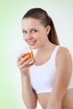 Vitamina bevente sorridente del succo d'arancia della donna fotografia stock libera da diritti