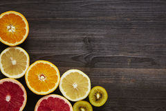A vitamina c frutifica em um mais baixo canto do quadro fotos de stock royalty free