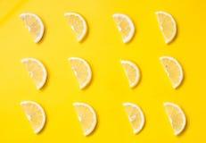 Vitamina C Rebanadas de limón en un fondo brillante Maqueta del marcado en caliente de producto de belleza Forma de vida sana Vis imagen de archivo