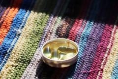 Vitamina D ou ômega 3 em cápsulas do gel imagem de stock royalty free