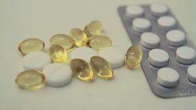 Vitamina da medicina e óleo de peixes video estoque