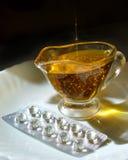 Vitamina E - aceite y cápsula Imagenes de archivo