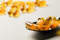 Vitamina E Cápsulas do óleo de peixes no fundo branco Copie o espaço para Imagem de Stock Royalty Free