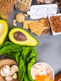 Vitamina E e ZINCARE alimento ricco come dadi, fagioli, grano saraceno, semi, sesamo, alimento sano di vista superiore del cacao immagine stock