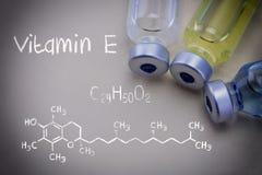 Vitamina química E de la fórmula así como diversos frascos imágenes de archivo libres de regalías