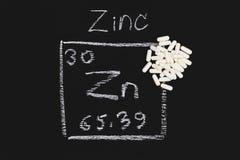 Vitamina suplementar da tabela periódica do alimento da cápsula do zinco Foto de Stock