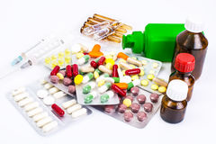 Vitaminas da drograria: cápsulas de gelatina redondas em uma garrafa de g escuro Foto de Stock Royalty Free