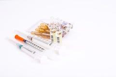 Vitaminas da drograria: cápsulas de gelatina redondas em uma garrafa de g escuro Imagens de Stock