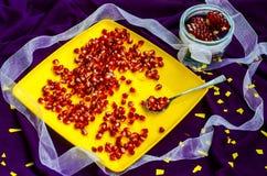 Vitaminas de la cuchara con granate rojo Foto de archivo
