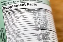Vitaminas de la etiqueta de la botella de la lista de la vitamina de los hechos del suplemento imagen de archivo