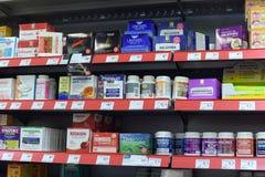 Vitaminas em prateleiras do supermercado Fotografia de Stock Royalty Free