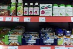 Vitaminas em prateleiras do supermercado Fotos de Stock