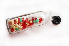 Vitaminas en una pequeña botella Fotos de archivo libres de regalías