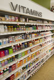 Vitaminas, estantes de la tienda Productos farmacéuticos Fotografía de archivo