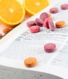 Vitaminas explicadas en el diccionario imágenes de archivo libres de regalías