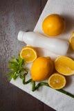Vitaminas frescas - limones amarillos fotografía de archivo libre de regalías