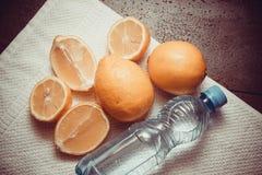 Vitaminas frescas - limones amarillos fotos de archivo libres de regalías