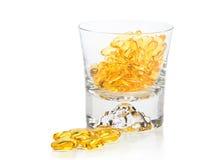 Vitaminas Omega-3 en vidrio imagenes de archivo