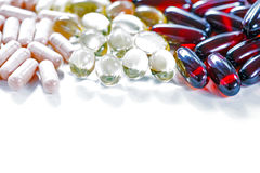 Vitaminas, Omega 3, aceite de hígado de bacalao, suplemento dietético y tabletas un terraplén en un cierre ligero del fondo para  Imagen de archivo libre de regalías