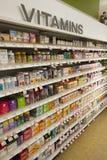 Vitaminas, prateleiras da loja Produtos farmacêuticos Fotografia de Stock