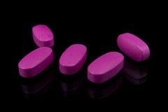 Vitaminas rosadas de las píldoras Imágenes de archivo libres de regalías