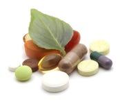 Vitaminas, tabuletas e comprimidos na folha Fotografia de Stock Royalty Free