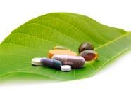 Vitaminas, tabuletas e comprimidos na folha foto de stock