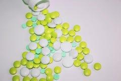 Vitaminas verdes y salud y belleza de las píldoras en bulto fotos de archivo