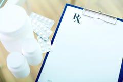 Vitaminas y documento Imagen de archivo libre de regalías