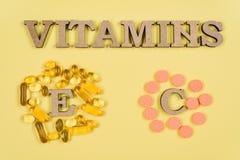 Vitaminas y suplementos Vitamina C, E cápsulas del aceite de pescado y frascos de la vitamina C imágenes de archivo libres de regalías