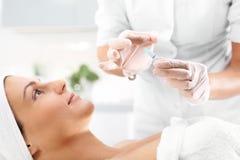 Vitamincoctail i en ampull, en kvinna i skönhetsalongen fotografering för bildbyråer