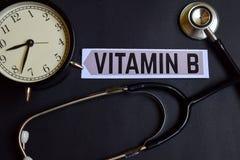 Vitamine B op het document met de Inspiratie van het Gezondheidszorgconcept wekker, Zwarte stethoscoop stock foto's