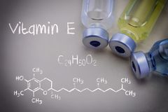Vitamine chimique E de formule ainsi que différentes fioles images libres de droits