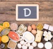 Vitamine d karmowi źródła, odgórny widok na drewnianym tle fotografia stock