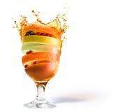 Vitamine de macédoine de fruits de source et de jus de fruit Photo stock