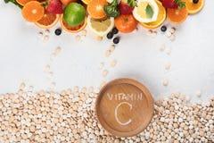 Vitamine in den Obst und Gem?se in und in den Vitaminpillen stockbilder