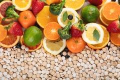 Vitamine in den Obst und Gem?se in und in den Vitaminpillen lizenzfreie stockfotografie