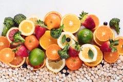 Vitamine in den Obst und Gem?se in und in den Vitaminpillen stockfoto