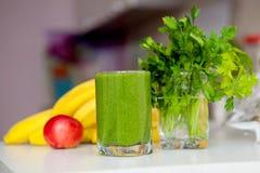 Vitamine die groene smoothie reinigen detox Stock Foto