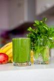 Vitamine die groene smoothie reinigen detox Stock Foto's