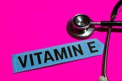 Vitamine E op het document met gezondheidszorg voor bejaarden-Concept royalty-vrije stock foto