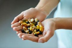 Vitamine e supplementi La donna passa in pieno delle pillole del farmaco fotografia stock libera da diritti