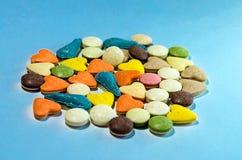 Vitamine für Katzen auf einem blauen Hintergrund lizenzfreie stockfotografie