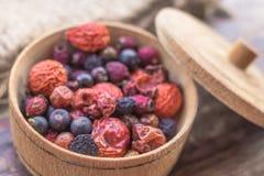 Vitamine in getrockneten Beeren lizenzfreie stockbilder